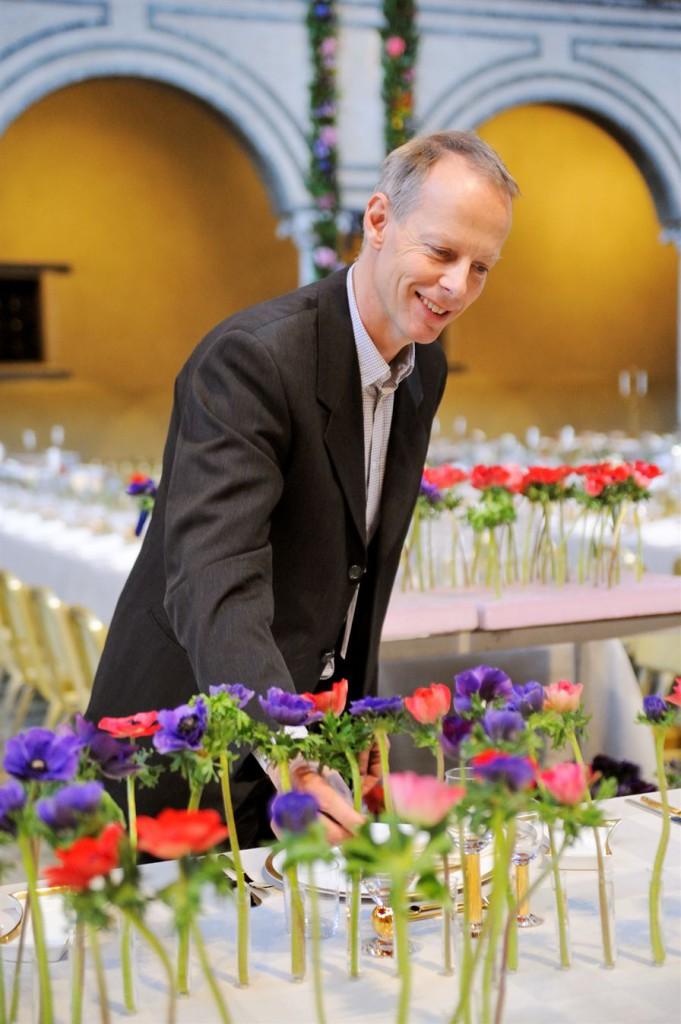 Gunnar Kaj i färd med att arrangera bukett-anemoner inför Nobelfesten 2013.  Foto: Charlotte Gawell