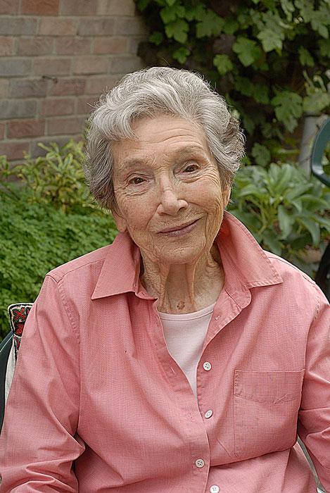 Beth Chatto juni 2013, nyss fyllda 90 år.