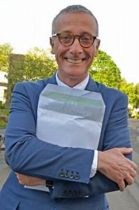 James Alexander-Sinclair  håller hårt om kuvertet med alla medaljer. Foto: Kerstin Engstrand