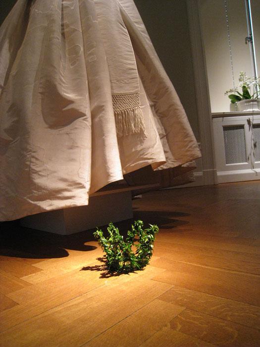 Myrtenkrona, i bakgrunden Drottning Silvias brudklänning.  Foto: Kerstin Engstrand