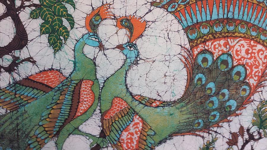 Batik med påfåglar. Foto: Kerstin Engstrand