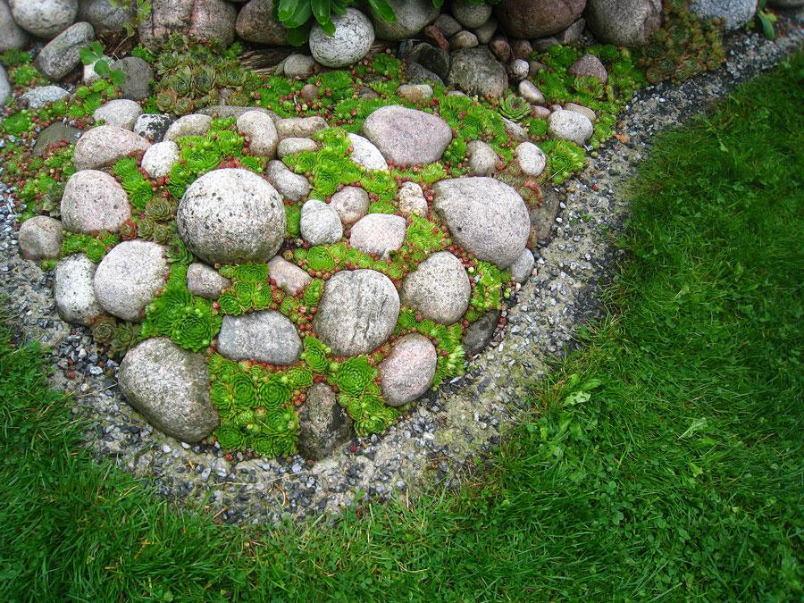 Taklök används flitigt för att runda av, särskilt kantiga stenar. Längs gräsmattan syns Börjes fiffiga, och billiga lösning av gräsmattekant.  Foto: Kerstin Engstrand