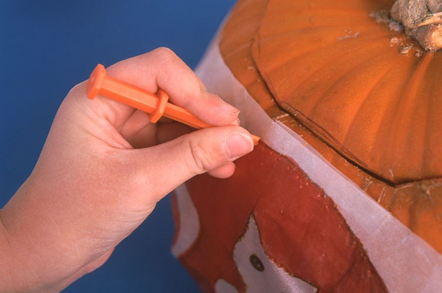 """Motivet uppritat på smörpapper tejpas fast på pumpan. Därefter """"prickas""""  motivet fram. Foto: K. Engstrand"""