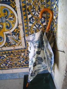 Plats med stil, självklart matchar paraplyet kaklet. Foto: K Engstrand