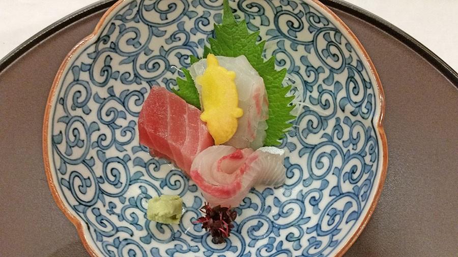 Groddar av röd rättika tillsammans med rå fisk.