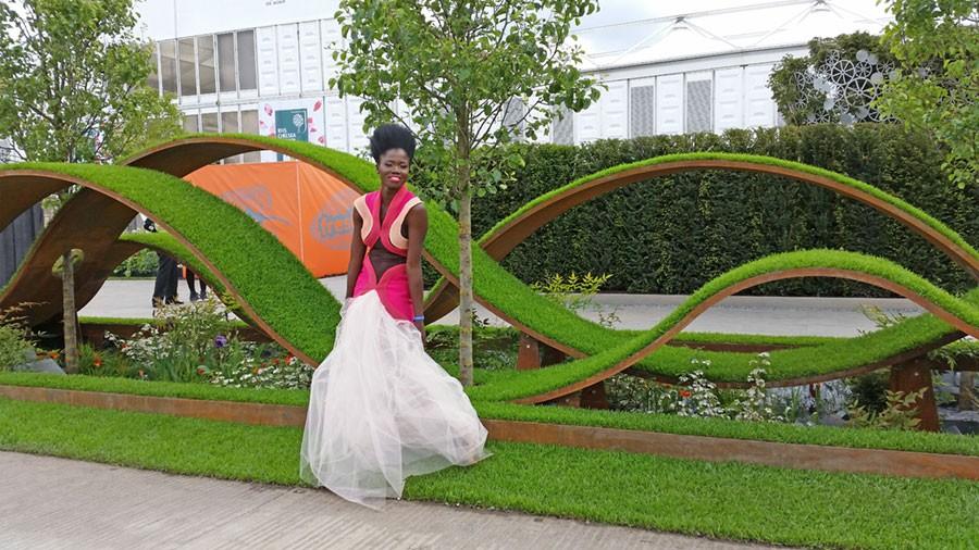 "En modell framför ""The World Vision Garden"" Foto: Kerstin Engstrand"