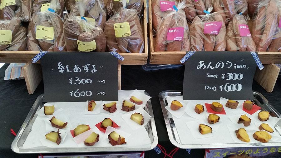 Vit sötpotatis till vänster, gul-orange till höger. Att man får provsmaka innan köp är en självklarhet. Foto: Kerstin Engstrand