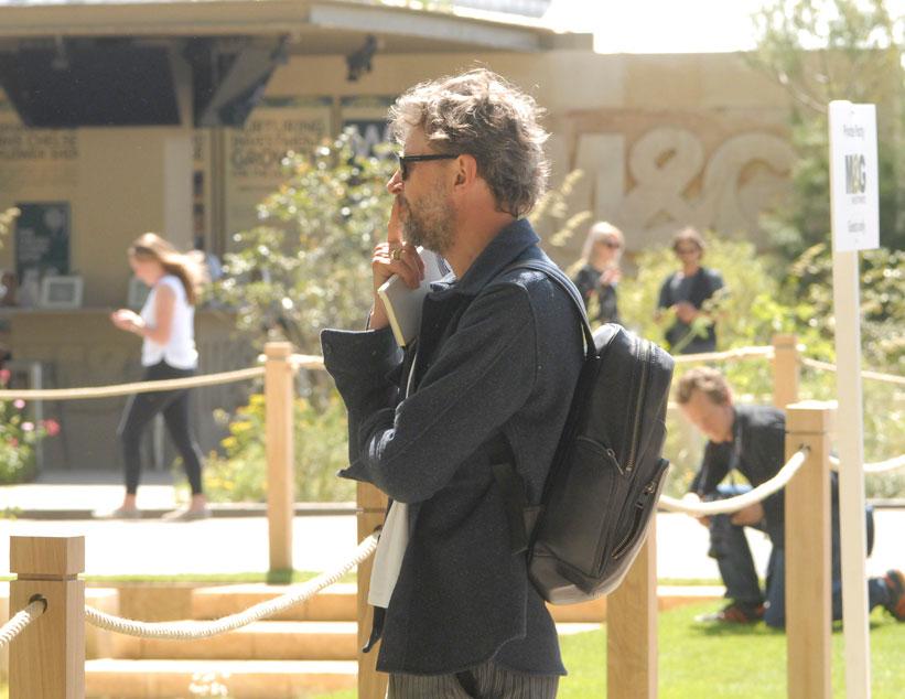 Dan Pearson, med flera guldmedaljer och Best in Show titlar, hämtar inspiration på Chelsea med anteckningsblocket i hand.  Just här tittar han på några törelväxter i James trädgård, växter som han själv gärna skulle vilja pröva. Foto: Kerstin Engstrand