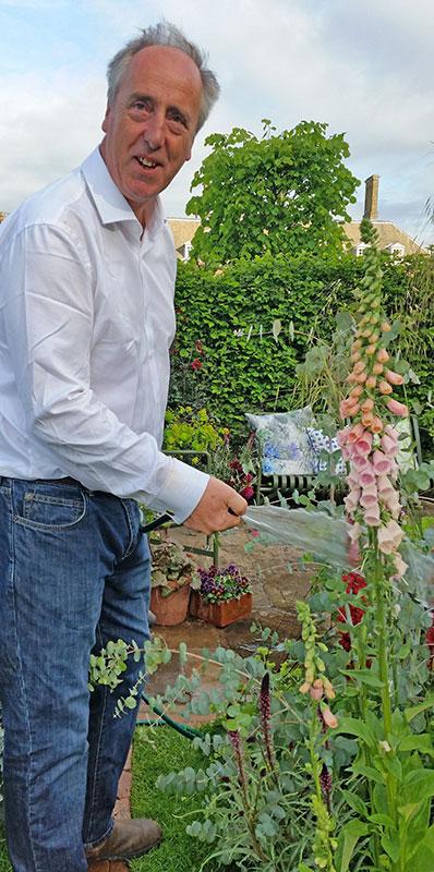 Adam Nicholson, Sarahs make vattnar Chelseaträdgården. Adam är författare och sonson till Harold Nicholson som var gift med Vita Sackville-West. Foto Kerstin Engstrand