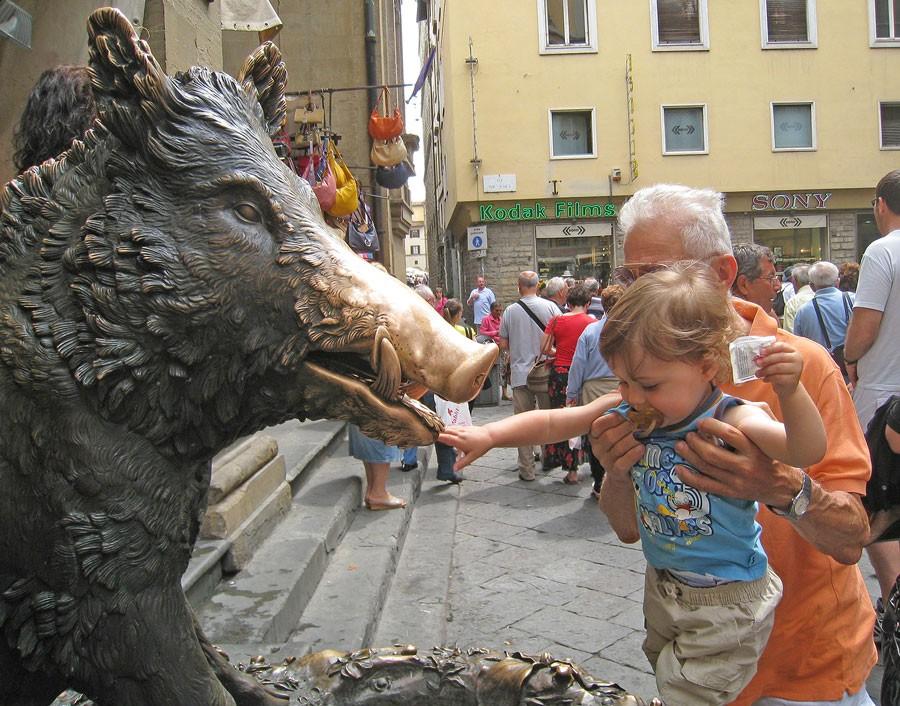 Det finns populära vildsvin, som il porcellino i Florens. Taccos bronsskulptur är från början av 1600-talet och traditionen säger att man ska klappa dess nos för att vara säker på att återse Florens. Foto: Kerstin Engstrand