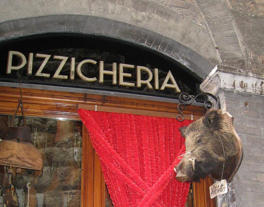 Vildsvinsskinka är populärt i Italien och många andra länder i södra Europa. Här driver de även med att vildsvin har dålig syn. Foto: Kerstin Engstrand