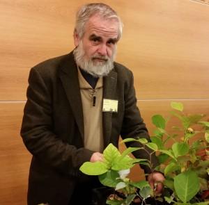 Kenneth Lorentzon berättar för deltagarna i ett seminarium i Uppsala, arrangerat av Uppsalakretsen av Sällskapet Trädgårdsamatörerna  om fåglar äter vita rönnbär eller ej.