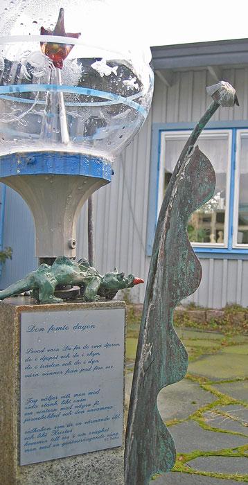 Ormar förknippar vi med paradiset. Men dinosaurier? Detta är Martin Lönnebos tolkning av den sjätte dagen, dagen innan fullbordan, då djuren och människan skapades och vi fick örter till föda. Glaskupornas fästen är tolvkantiga för att hedra solens skenbara promenad genom stjärnhimlen. Foto: Kerstin Engstrand