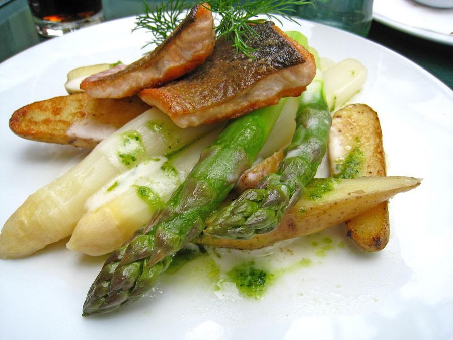 I Tyskland är sparris stort och på våren finns det alltid sparris på menyerna, ofta serverad tillsammans med serranoskinka eller sidfläsk. Här är det grön och vit sparris i en och samma rätt.  Foto: Kerstin Engstrand