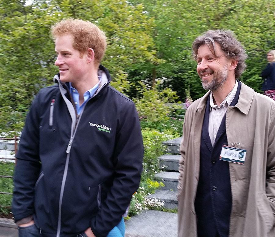 Harry beundrar Dans trädgård. Foto: Kerstin Engstrand