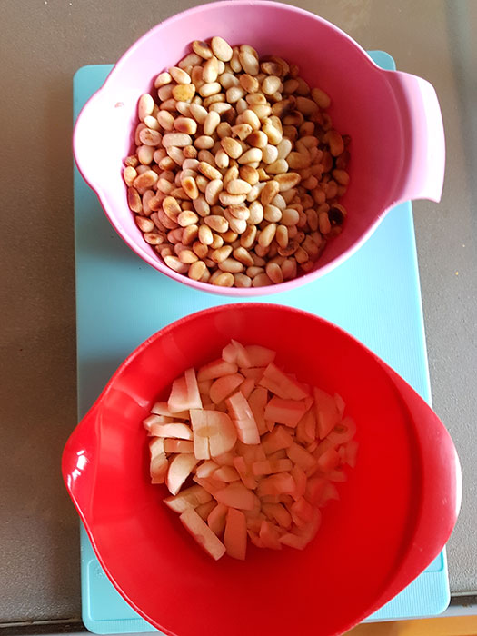 rostade pinjenötter och färsk nyhackad vitlök är två viktiga ingredienser i en fin pesto. Foto: Kerstin Engstrand