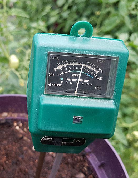 Den här fuktmätaren har jag haft så länge jag minns! Den fungerar utan batterier och är ovärderlig när man känner sig tveksam om hur mycket fukt det finns i jorden. Foto: Kerstin Engstrand