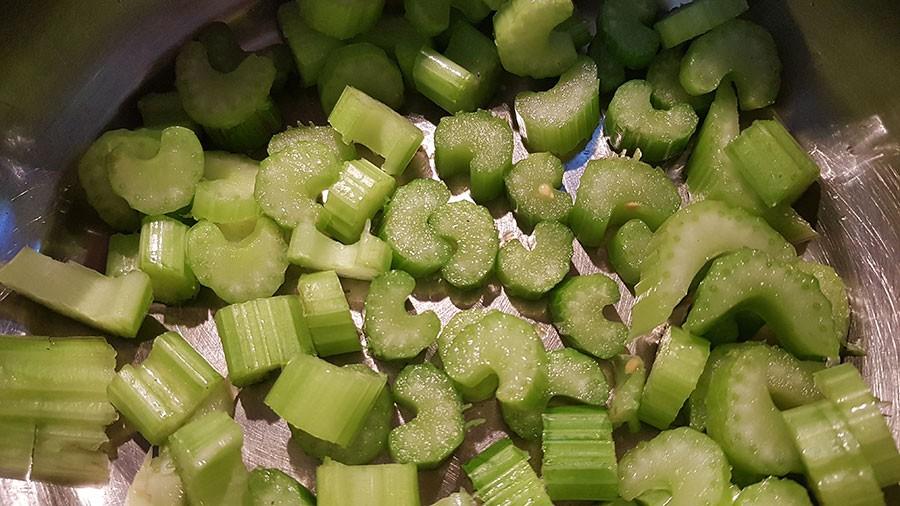 Färsk bladselleri ersätter i detta recept torkade sellerifrön. Foto: Kerstin Engstrand