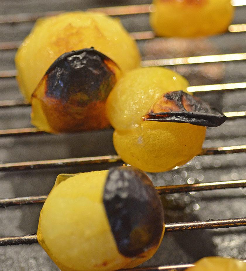 Ja de ska bli lite svarta, då är tomaterna färdigrostade. Foto: Kerstin Engstrand