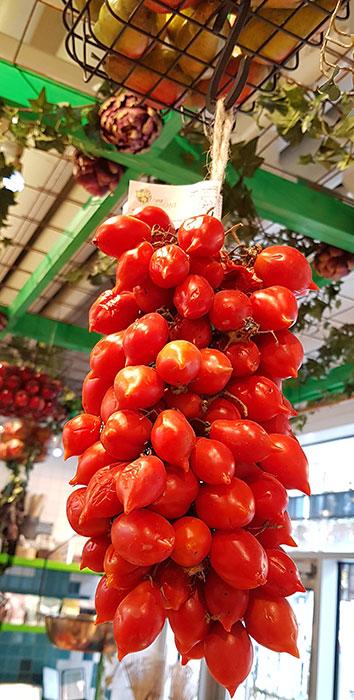 På hösten finns även piennolotomater att köpa i välsorterade matvarubutiker. En sådan här klase väger ca 1,5 kilo och brukar kosta runt 300 kronor. Men då får du också möjligheten att ta hand om fröna!  Foto: Kerstin Engstrand