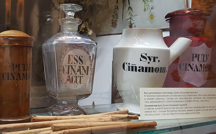 Gamla apotekarkrus som en gång har innehållit olika produkter av kanel. Bilden är tagen i Apotekarmuseet i Krakow. Foto: Kerstin Engstrand