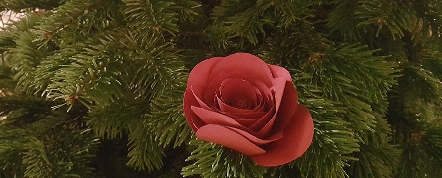 Bea Szenfelds pappersblommor för Ikeas julsortiment pryder årets julgran. Foto: Kerstin Engstrand