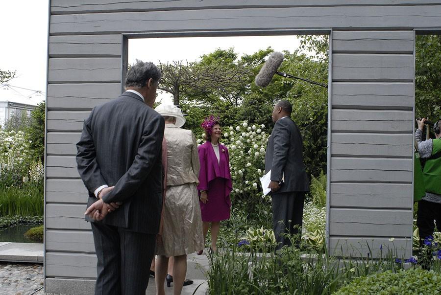 Drottningen intervjuas flitigt, här av BBC på Chelsea Flower Show 2007. Foto: Kerstin Engstrand