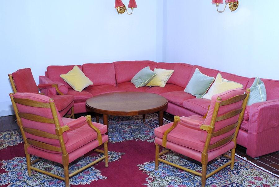 Rödrosa soffgrupp och ljus matta med inslag av rätt är en självklarhet i Silviahemmet. Foto: Kerstin Engstrand