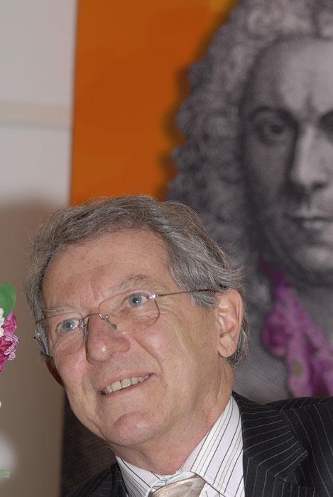David King framför en bild av Carl von Linné 2007.  Foto: Kerstin Engstrand