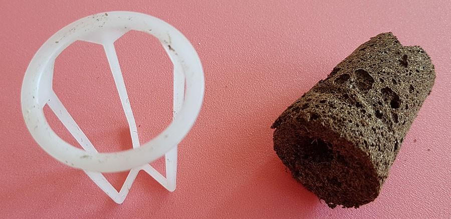 Nätkorg, det finns måmnga olika varianter att köpa och en odlingsplugg, denna är gjord av kokosfiber. Foto: Kerstin Engstrand