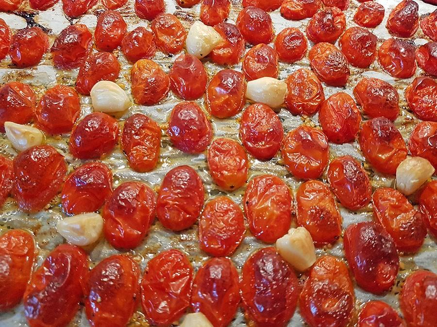Bäst bakas tomaterna med snittytan nedåt. Foto: Kerstin Engstrand