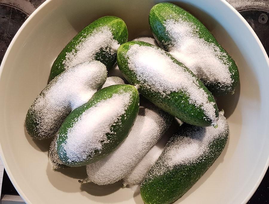 Bli inte avskräckt av mängden salt och socker, saltet sköljs av och sockret stannar till större delen i lagen.  Foto: Kerstin Engstrand