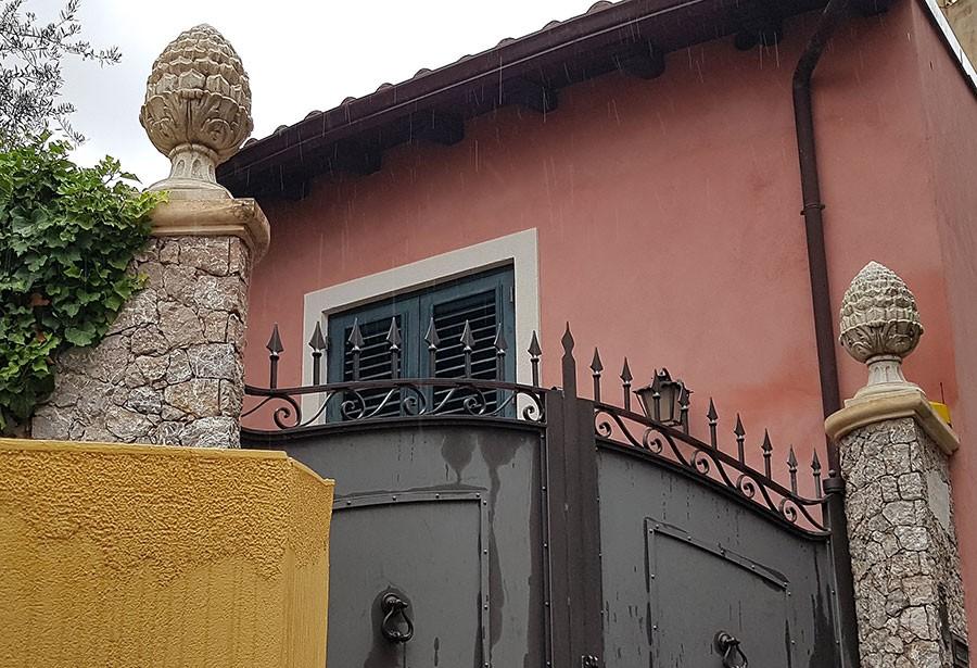 Ett självklart val vid porten, en på vardera sidan. Foto: Kerstin Engstrand